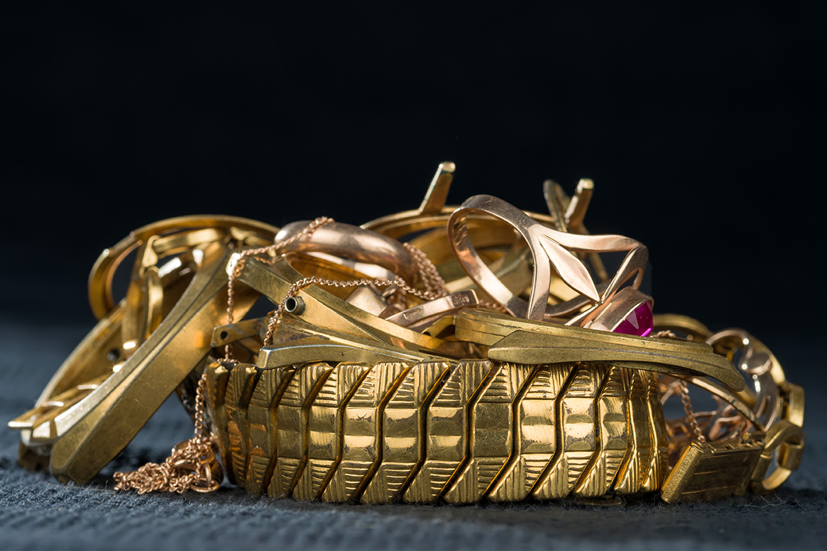 A scrap of gold. Old and broken jewellery, watches of gold and g